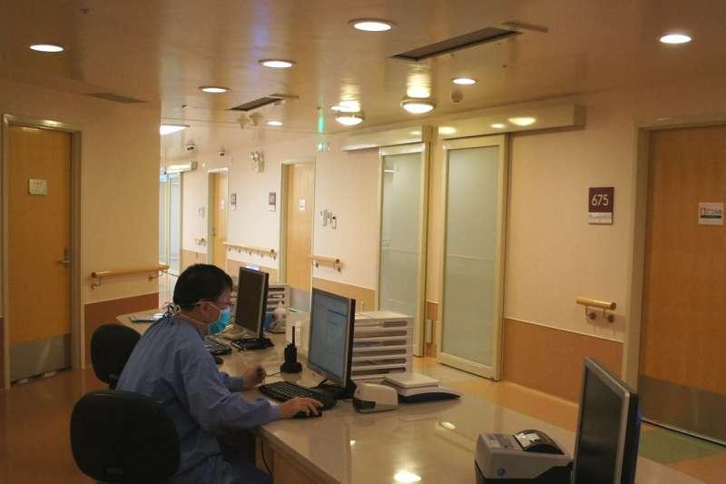 陳榮隆醫師利用空檔時間整理病歷資料。(圖/和信醫院提供)