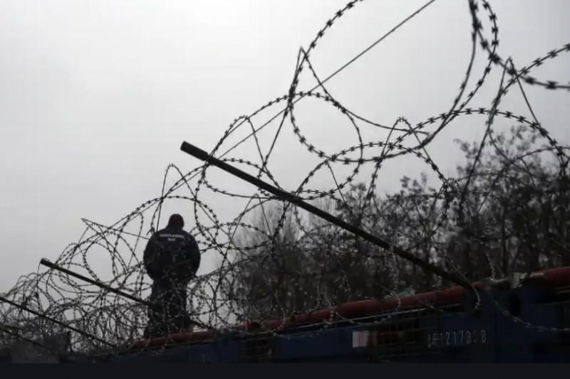 匈牙利警察正沿著毗鄰塞爾維亞邊境難民營的柵欄巡邏(美聯社)