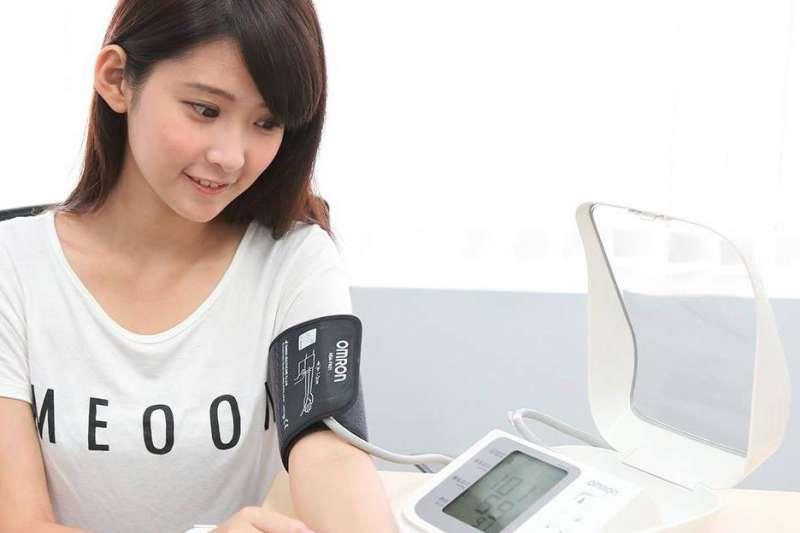 高血壓的罹患率越來越高,但到底怎樣才算高血壓、又該怎麼預防?相關知識一次告訴你。(圖/取自Omron Healthcare@Facebook)