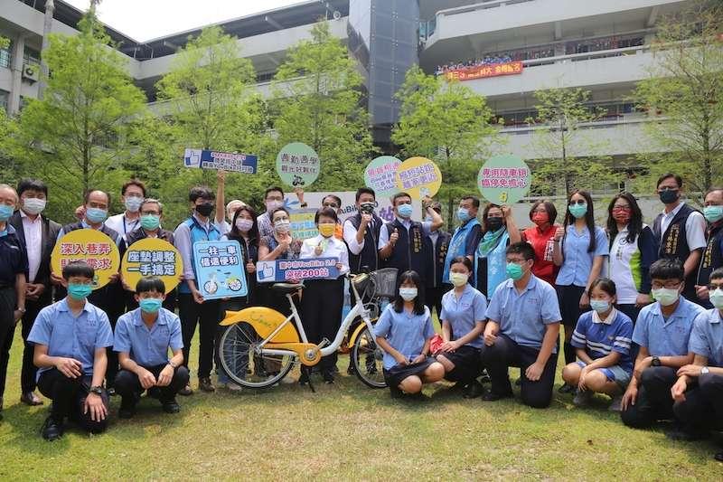 台中市長盧秀燕前往明道中學參加YouBike2.0突破200站記者會。(圖/台中市政府提供)