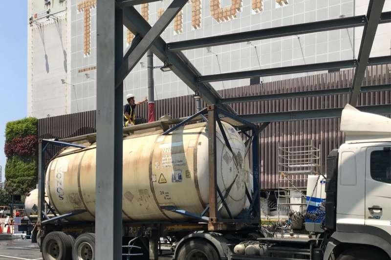 企業水車至勤美之森新建工程工地取用地下水。(圖/台中市政府提供)