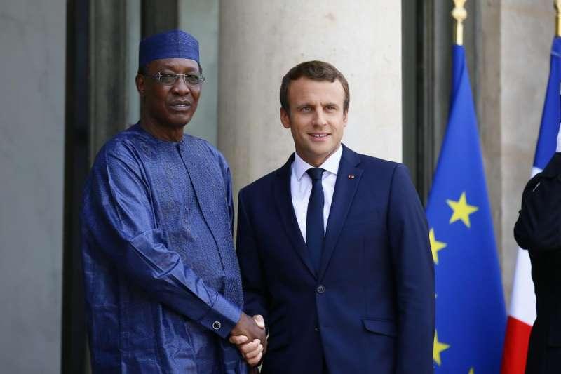 我國前友邦、中非國家查德的陸軍發言人20日指出,查德總統德比(Idriss Deby)贏得第六任期不到1天,即在視察北方前線期間受傷身亡。德比生前與法國總統馬克宏合影。(AP)