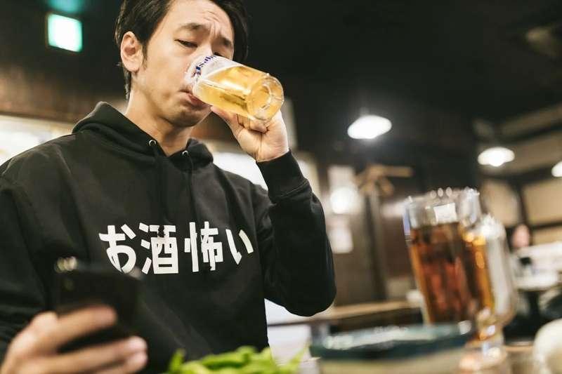 胃食道逆流的症狀不是只有火燒心而已,其他像是咳嗽、胸悶等等都是先兆,要小心注意。(圖/取自pakutaso)
