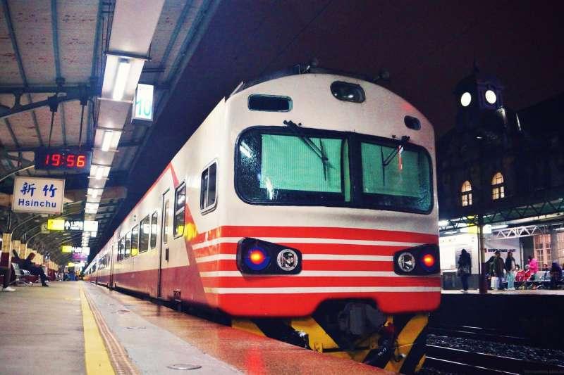 台鐵EMU1200型「紅斑馬」自強號。(資料照,盧逸峰攝)