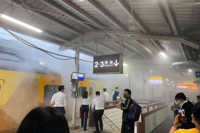 台鐵EMU300型自強號列車於中壢車站發生燒軸事故,頓時濃煙瀰漫。(取自桃園人臉書)