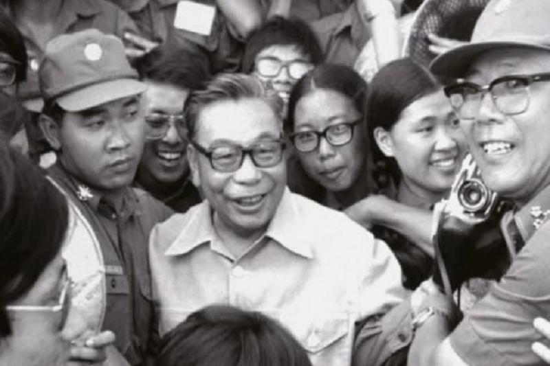 《蔣經國的台灣時代》披露,力行白色恐怖政策的蔣經國,卻又渴望豎立親民形象。(資料照,遠足文化提供)