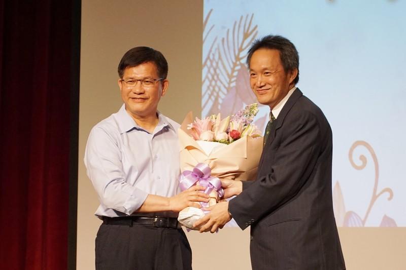 20210420-交通部長林佳龍19日出席歡送會,交通部同仁獻花。(盧逸峰攝)