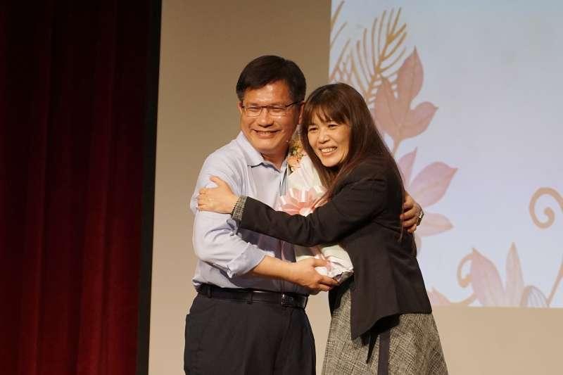 20210420-交通部長林佳龍19日出席歡送會,交通部同仁獻花、擁抱。(盧逸峰攝)