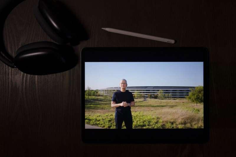 蘋果執行長庫克在2021線上發表會中介紹新產品與新服務。(美聯社)