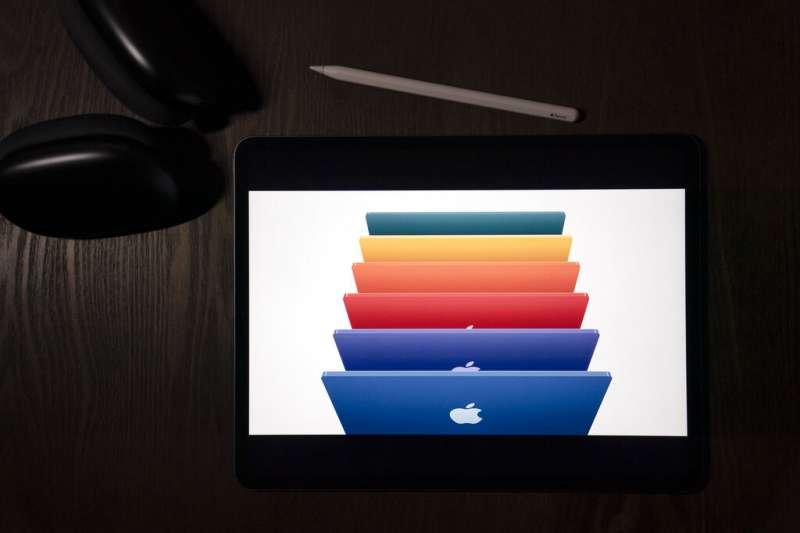 蘋果的iMac除了換上M1晶片,更推出超薄多彩新造型。(美聯社)
