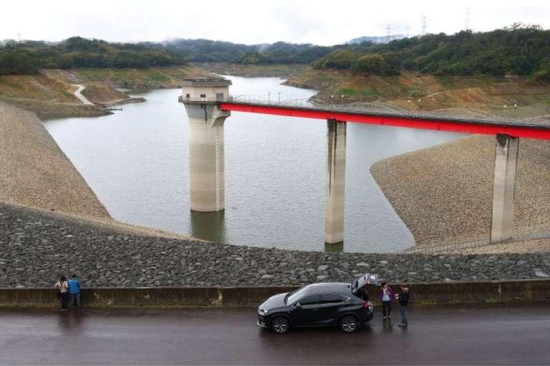 3月上旬,新竹的寶山水庫水位下降嚴重。寶山第二水庫是價值千億美元的台灣半導體產業的兩個主要水源之一。(BBC中文網)