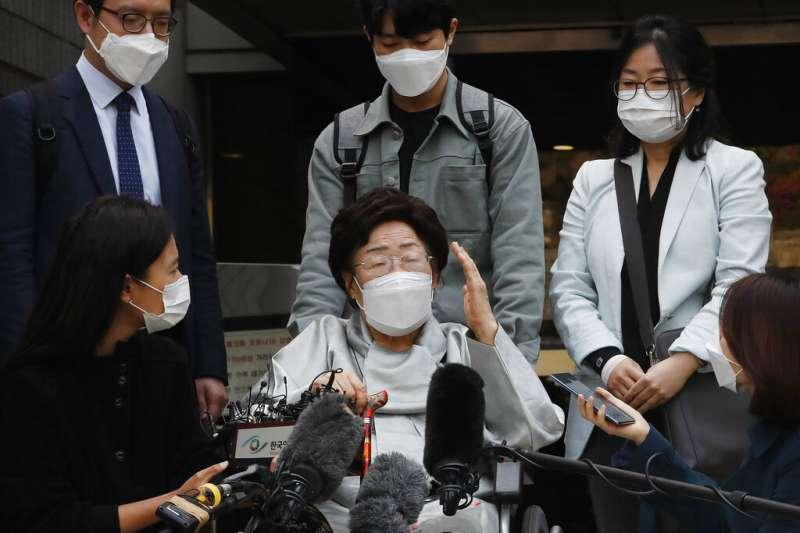 4月21日,慰安婦阿嬤李容洙在首爾市瑞草區的中央地方法院。(韓聯社)