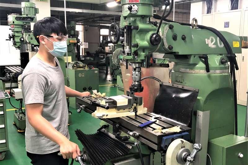 勞動部發展署北分署李威儒選手進行類金屬銑消加工訓練。(圖/ 勞動力發展署北分署提供)