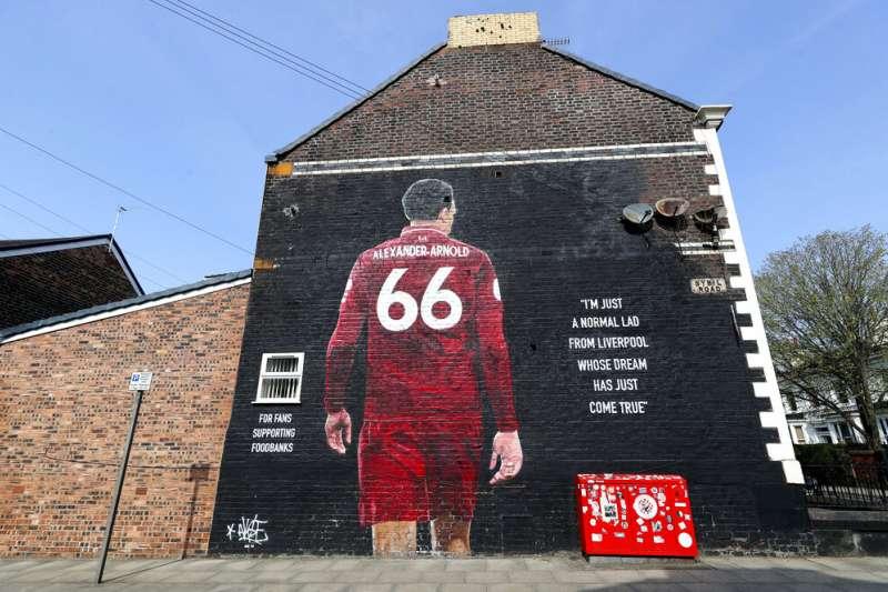 英格蘭利物浦安菲爾德附近一幅利物浦名將阿諾德的壁畫。(美聯社)