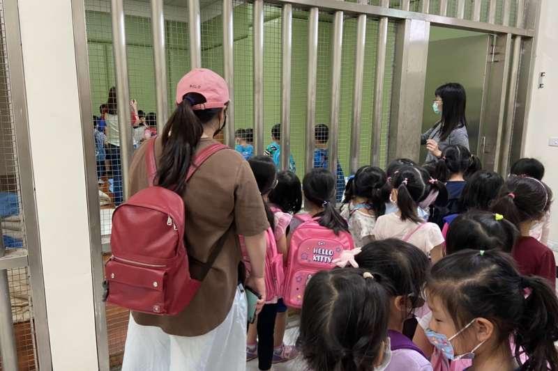員警告訴小朋友拘留室是用來關違法犯紀的人犯,請大家要當個守法的好寶寶,才不會被關在這個地方。(圖/新北市林口警分局提供)