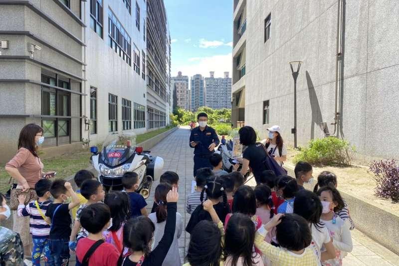 林口麗林國小幼兒園100位小朋友及家長一同參訪林口分局,化身為一日小小波麗士,小朋友們超開心。(圖/新北市林口警分局提供)