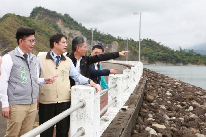 水情吃緊,台南市長黃偉哲視察南化水庫。(作者提供)