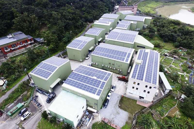 20210422-新北市長侯友宜提出「零碳翻轉、新北先行」,要加速公私協力再生能源設置,圖為新北市工廠屋頂設置太陽能光電設備。(新北市環保局提供)