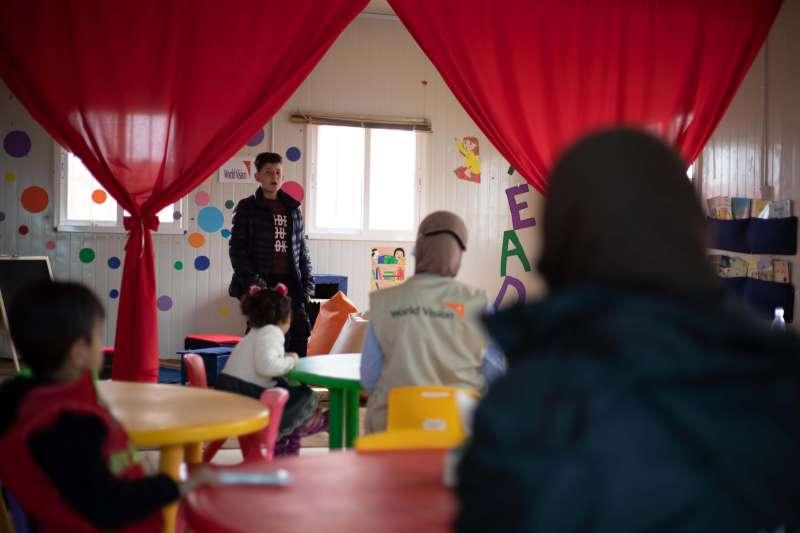 10歲的菲拉斯,5年前一家七口逃到約旦阿茲拉克難民營(Azraq)。他們透過朗誦家鄉的詩歌或故事來療癒創傷,也讓菲拉斯發現對古典詩歌充滿興趣。(圖/台灣世界展望會)