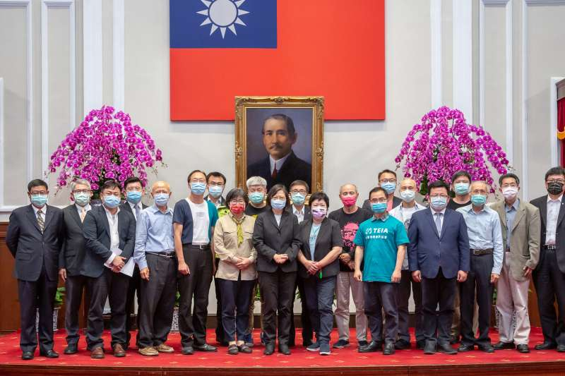 環團代表在22日世界地球日向總統蔡英文(見圖)遞交51項建言書。(總統府提供)