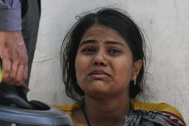 由於病例激增,印度人經常需要等很長時間才能讓去世的親人火化。(BBC中文網)