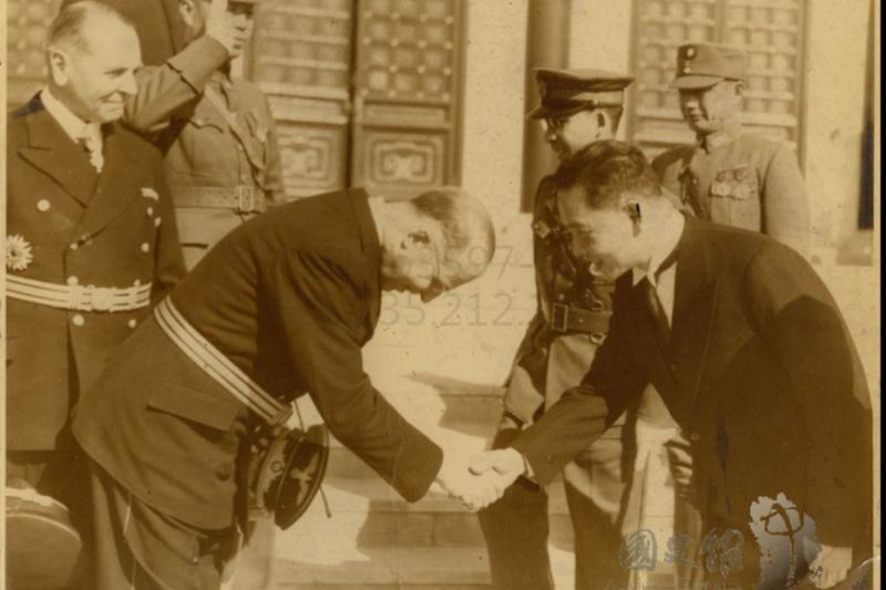 汪精衛接待德國駐華外交官,後面頭戴大盤帽的為陳昌祖,南京國民政府的首任航空署長,他也是汪精衛夫人陳壁君的弟弟。(國史館)