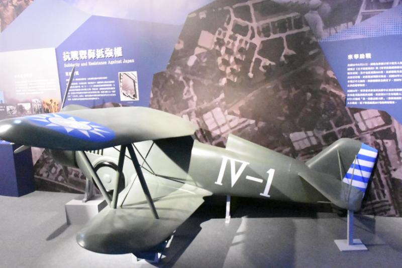中央航空學校在1932年的成立,就是為了培養蔣委員長的「絕地武士」,圖為抗戰初期的空軍主力機種Hawk III驅逐機模型。(攝於軍史館中華民國空軍建軍百年展)