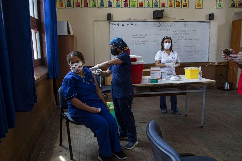 智利接種新冠疫苗的醫護人員。(AP)