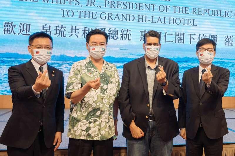 帛琉總統惠恕仁(右二)3月底赴高雄,參訪永安液態天然氣排水養殖試驗場,由市長陳其邁(右一)、外交部長吳釗燮、立委趙天麟陪同接待。(圖/翻攝自陳其邁臉書)