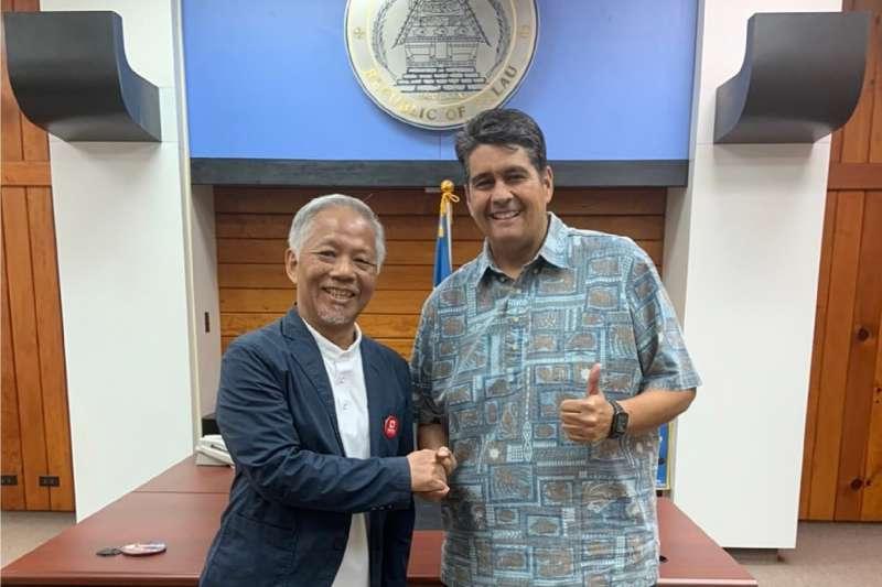 雄獅集團董事總經理裴信祐親自率團到帛琉,並與總統惠恕仁(Surangel Whipps Jr.)會面。(雄獅提供)