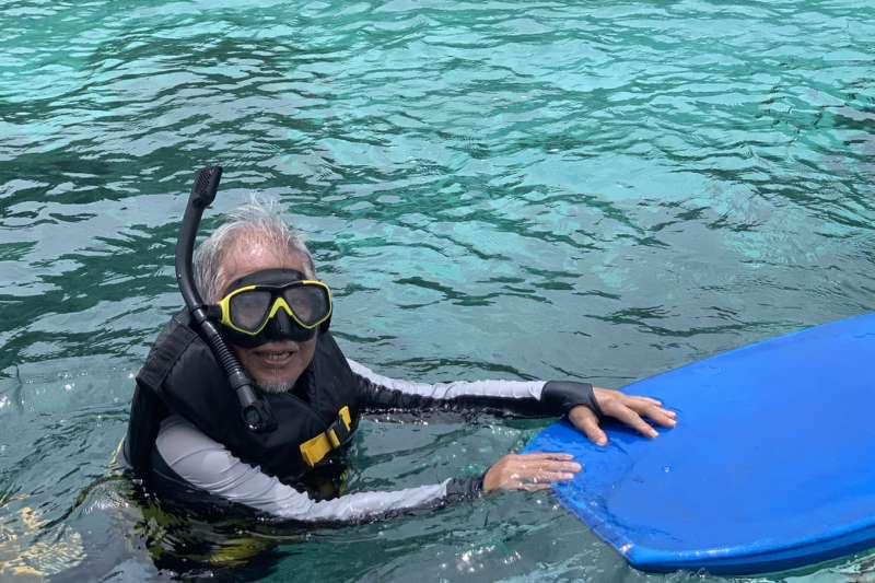 雄獅集團董事總經理裴信祐參與帛琉水上活動。(雄獅提供)