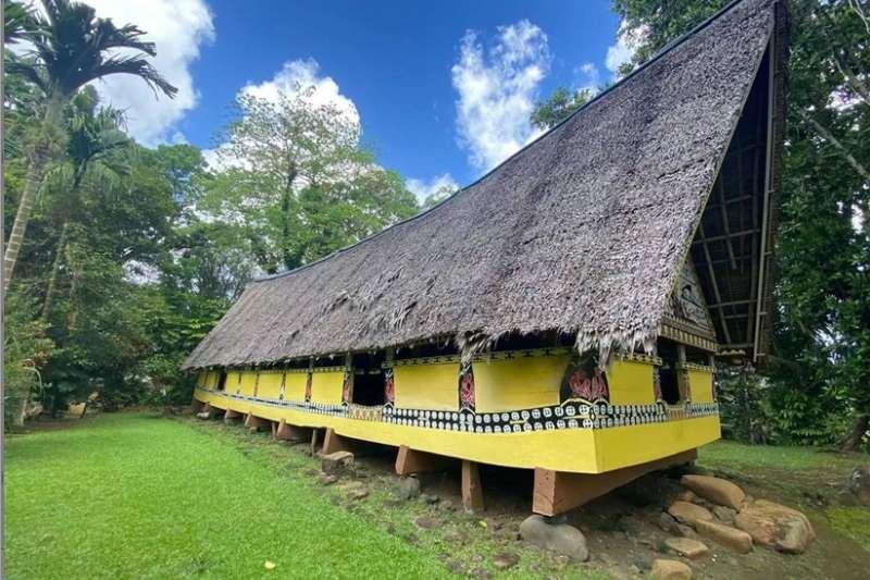 帛琉文化跟台灣同屬南島語系,傳統上是母系社會,圖為當地男性討論公共事務的「男人會館」。(雄獅提供)