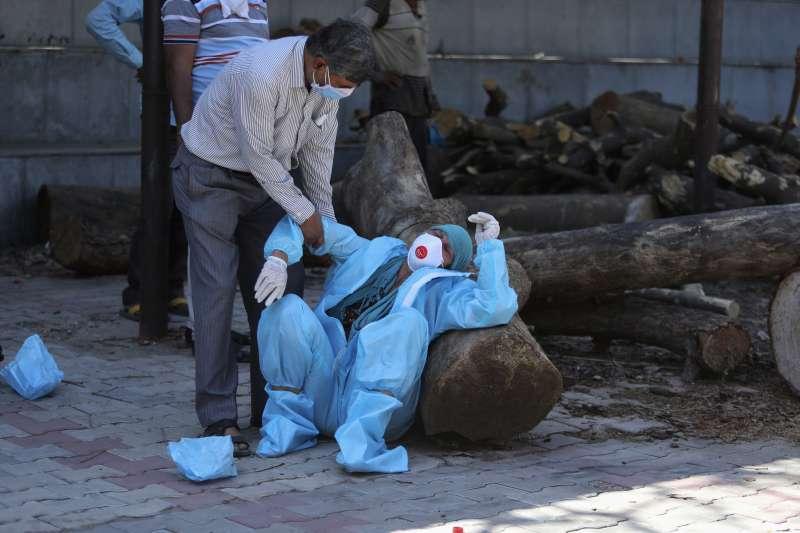 2021年4月24日,印度疫情慘痛大爆發,圖為病逝者家屬痛哭。(AP)