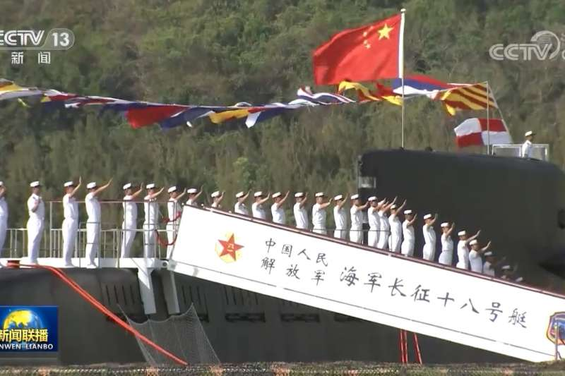 2021年4月23日在海南三亞軍港交接入列的094A型彈道飛彈核子潛艦長征18號。(翻攝央視)