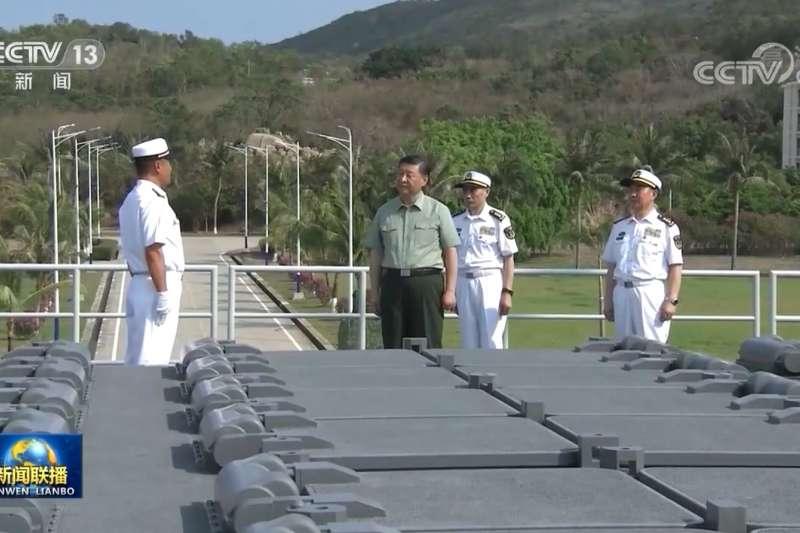 習近平親自在三亞軍港視察最新交接入列的055型飛彈驅逐艦大連艦。(翻攝央視)