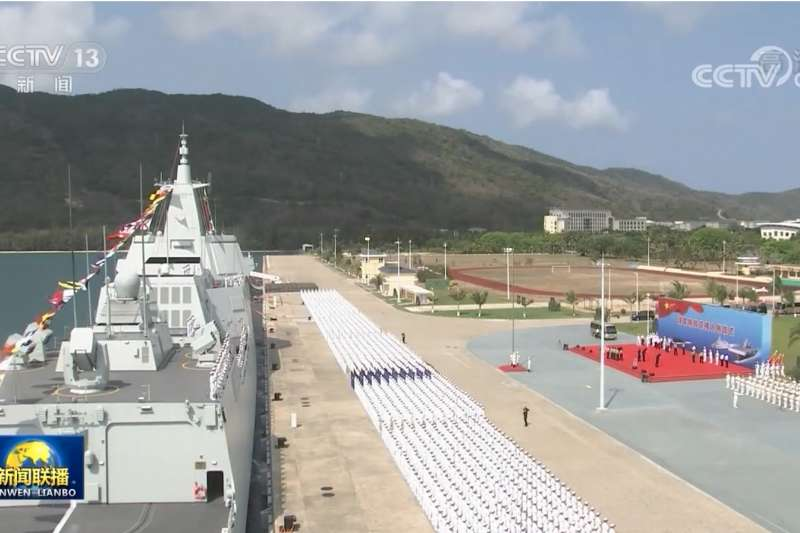 2021年4月23日在海南三亞軍港交接入列的055型飛彈驅逐艦大連艦。(翻攝央視)