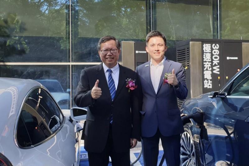 桃園市長鄭文燦實際體驗兩部車放電剩10-15%時開始充電,15分鐘後即可以充至95%(可以跑600公里)。(圖/飛宏科技提供)