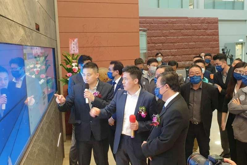 飛宏科技向桃園市長鄭文燦介紹進一步規劃與技術,朝打造綠色智慧指標城市邁進。(圖/飛宏科技提供)