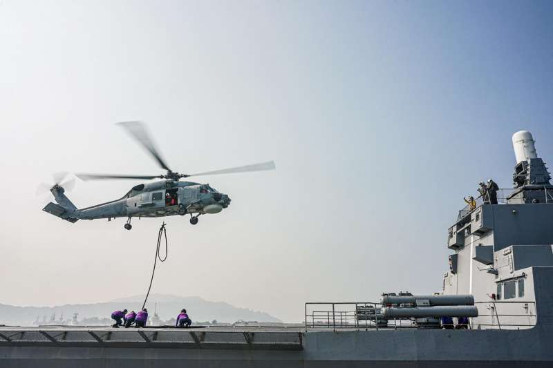 直升機旋停加油可省下起降所需時間,達到立即整補目的,惟因科目在海上實施,除敵情威脅,亦有海象天候等環境因素,難度和危險性均比在甲板上加油高出許多。(取自中華民國海軍臉書)