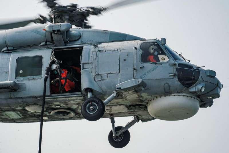 20210426-海航S-70C(M)型機執行滯空加油訓練。(取自中華民國海軍臉書)