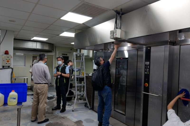 「路易莎咖啡」位於三重的麵包中央廚房於22日發生一氧化碳集體中毒事故,導致8名員工送醫,新北市勞檢處現場勘驗現場。(新北勞檢處提供)