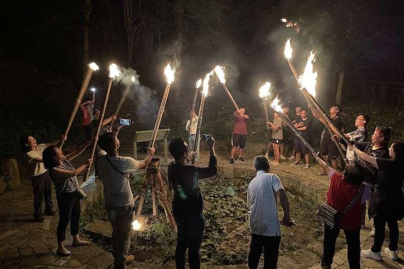 茶山「天神取火」文化,吸引遊客上山體驗拜天敬地。(圖/嘉義縣文化觀光局提供)
