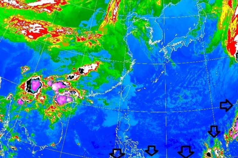 中央氣象局長鄭明典今天分享衛星影像,乾、濕空氣交界偏南至北緯10度附近,「這個季節很少見」。(圖/取自鄭明典FB)