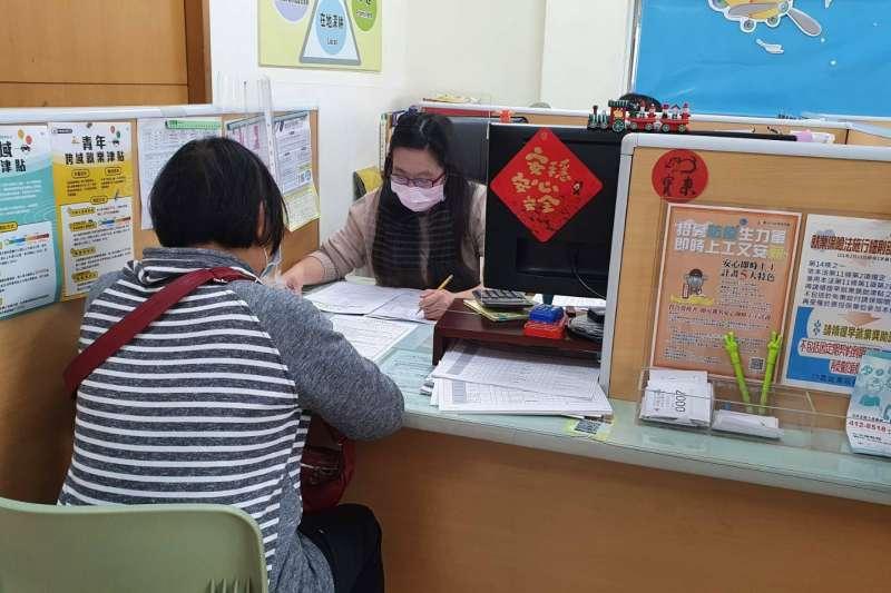 為協助受疫情影響的勞工朋友,各地方政府也釋出眾多公部門的臨時工作職缺。(圖/台中市政府提供)