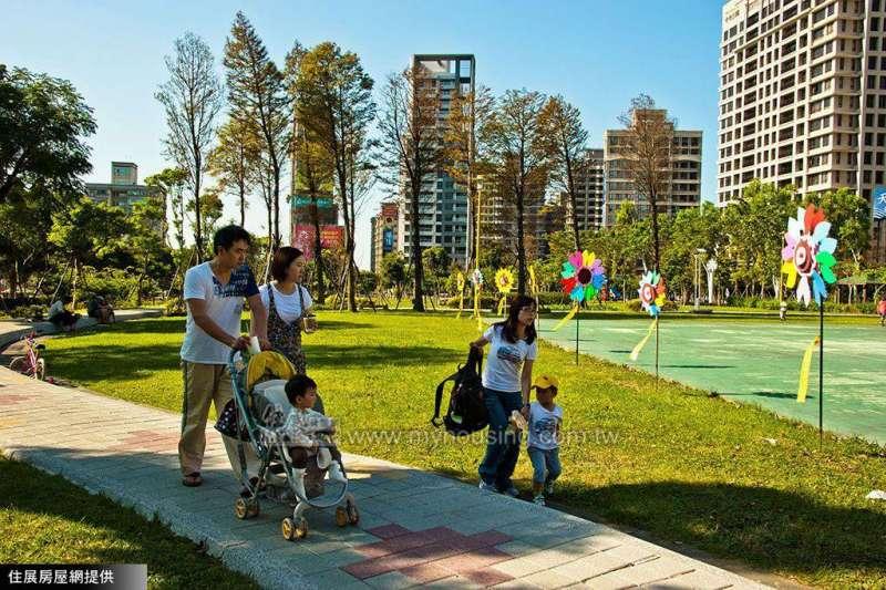 住展房屋網企研室指出,高房價會影響民眾的生育意願,但從新加坡經驗來看,民眾就算買房也未必會生孩子,顯示高房價不是造成生育率降低的唯一因素。(圖/住展房屋網)