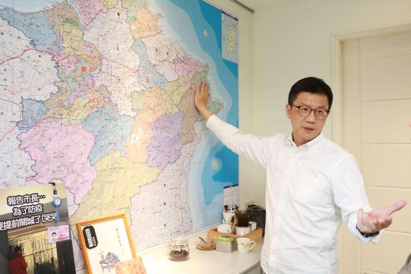 新北市政府副秘書長張其強指著北台灣地圖說,新北市的山海觀光資源豐富,適合打造精緻旅遊行程。(攝影:李梅瑛)