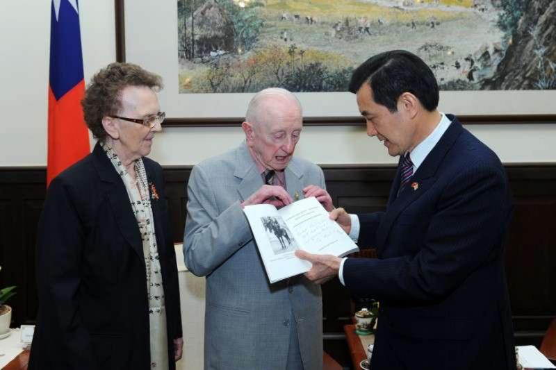 二戰英國老兵、退役上尉費茲派翠克(中)2013年3月訪問臺灣,晉見馬英九總統。(圖片摘自總統府網站)