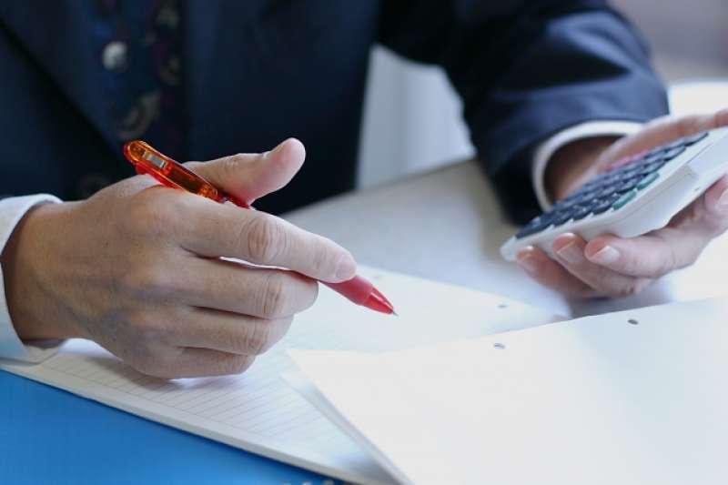 作者股素人認為退休理財計劃要儘早開始,最晚不宜超過35歲;若屬於早婚者,訂婚時就應擬定退休理財計劃,並於結婚日起立即實施。(圖/取自PhotoAC)