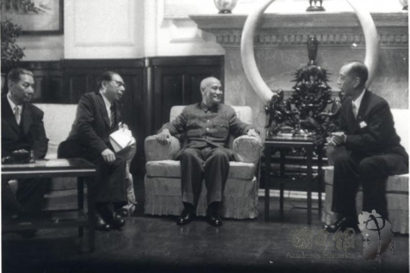 1957年6月2日,蔣中正在台北接見來華訪問的日本首相岸信介,此時被視為戰後中華民國對日關係的蜜月期。(國史館)