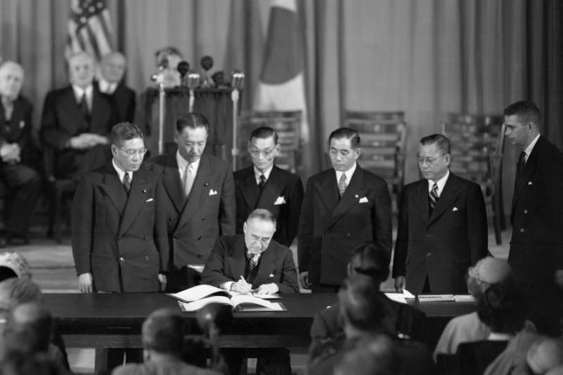 1951年9月8日,剛剛簽完《對日和平條約》的日本首相吉田茂,如趕鴨子上架般的又簽署了《美日安保條約》,目的就是要確保美國能持續壟斷對日本的駐軍權。(作者許劍虹提供)